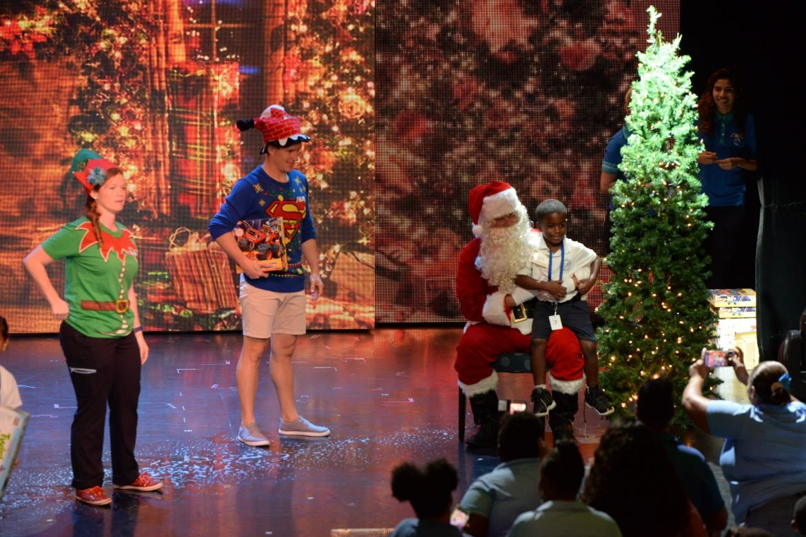Christmas Carnival Cruise.Carnival Cruise Line Spreads Christmas Cheer Across The